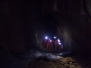 avance dans la grotte