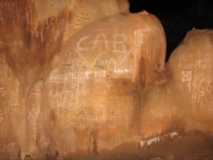 Gravure sur les parois de la grotte